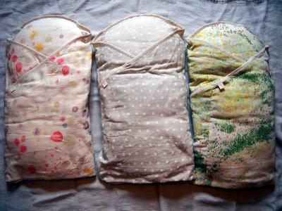 9fb0363d6736d4 わたガーゼたまごマットおくるみ 首の座っていない赤ちゃんをたまごマットおくるみで包むと、安定し、 新米ママ、新米パパでも上手に抱っこできます。